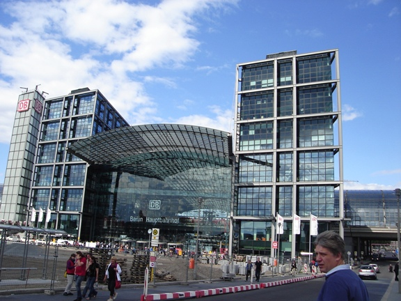 z99Berlin Hauptbahnhof is the largest crossing station in Europe and has operated since 2006..JPG